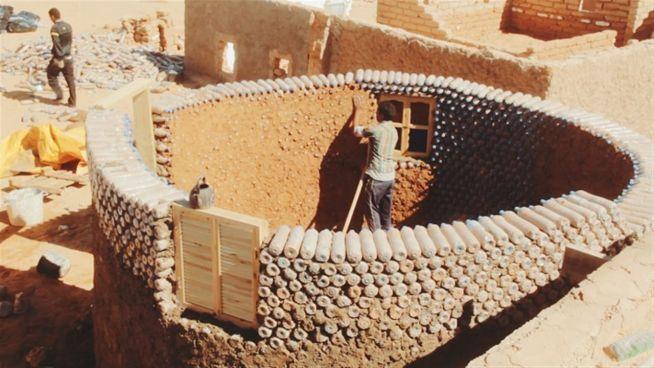 Ein Dach aus Müll: Stabile Häuser aus Plastikflaschen