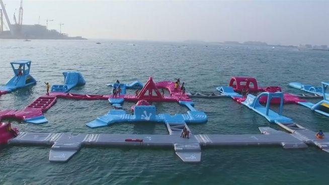 Traum für Spielkinder: Schwimmender Aquapark in Dubai
